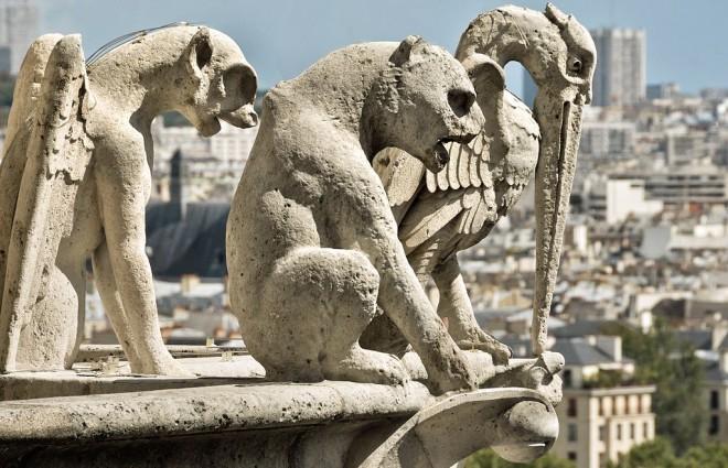 Каменные горгульи на балконах собора Нотр Дам