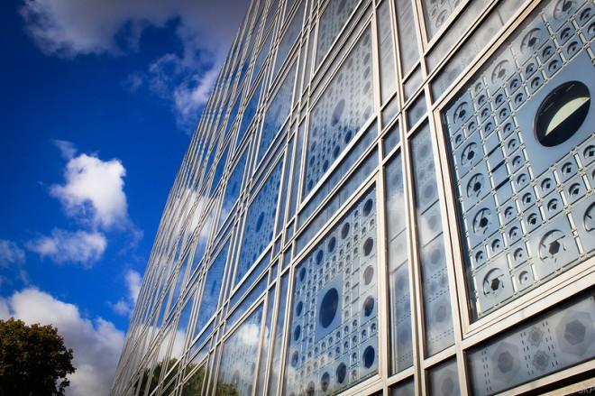 Красочный фасад Института арабского мира