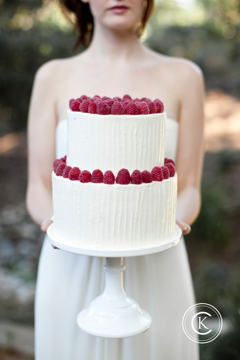 Двухярусный торт со взбитыми сливками и клубникой