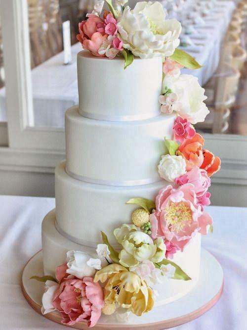 Свадебный белый торт с ярким декором