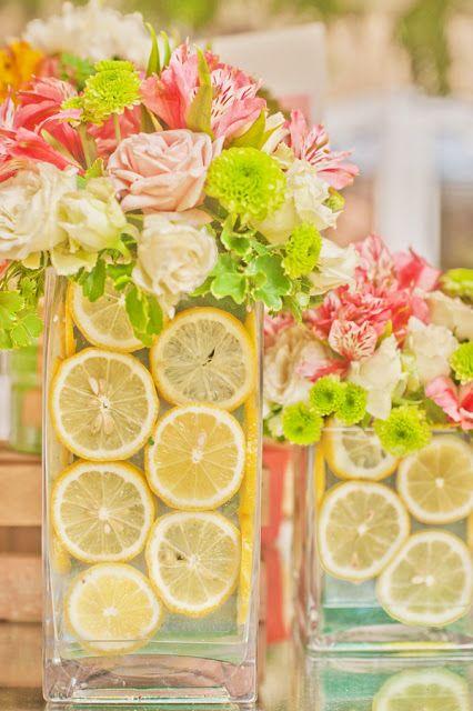 Яркие летние украшение стола фруктами и яркими цветами