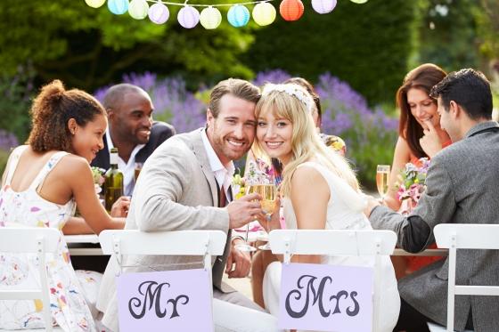 Вдумчиво подойдите к расстановке столов, ведь вашим гостям захочется пообщаться с молодоженами и друг с другом