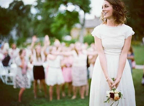 Невеста не должна никому отдавать свой букет, а для бросания букета нужно заказать дубликат