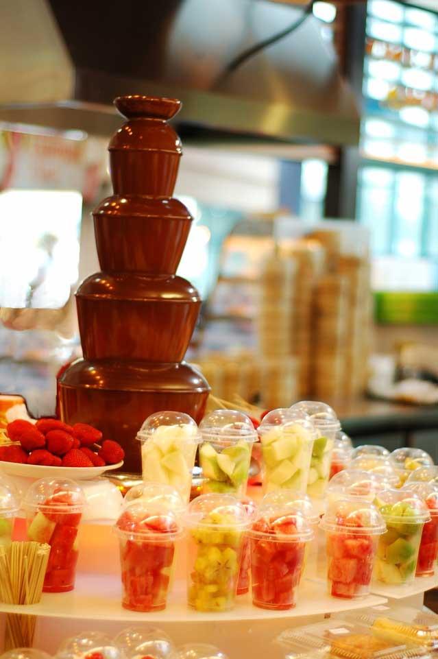 Шоколадный фонтан станет интересным и вкусным атракционов