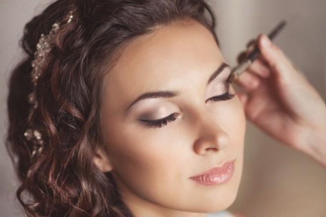 Особое внимание при нанесении макияжастоит уделить глазам