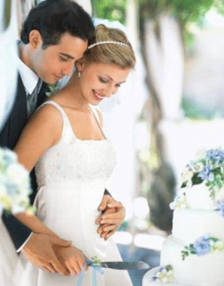 Разрезать торт должна невеста, а жених лишь только помогать ей