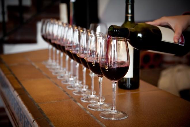 Хорошее вино на вечеринке придется по вкусу девичьей компании