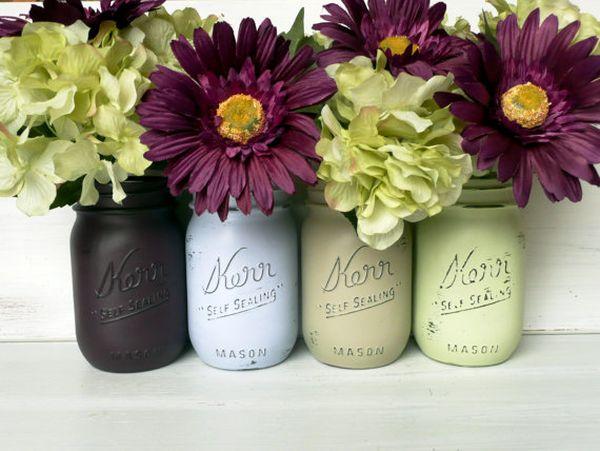 Небольшие букеты цветов в банках