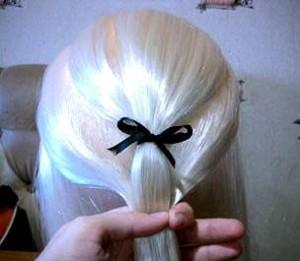 Волосы перехватываем резинкой чуть ниже верхнего банта