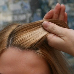 Ото лба отделяем прядь волос