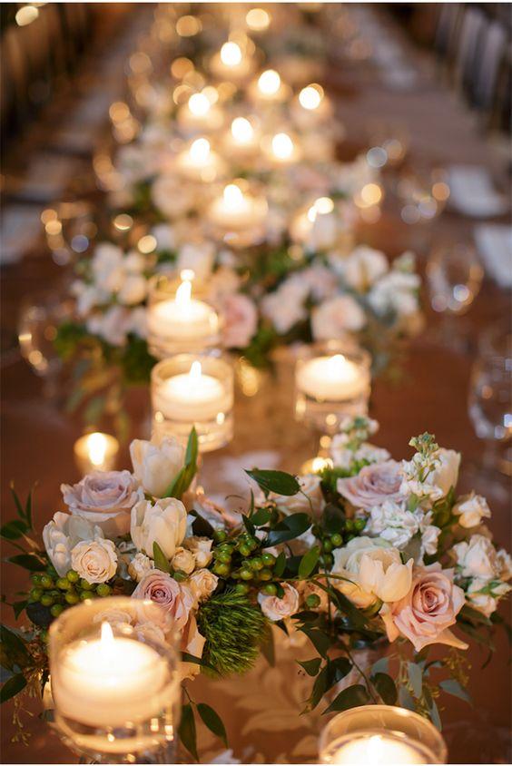 Свадебный стол, украшенный цветами