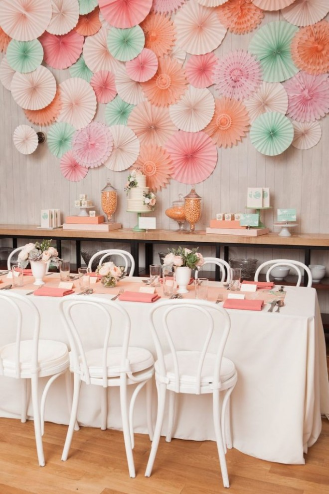 Стена, украшенная бумажными цветами