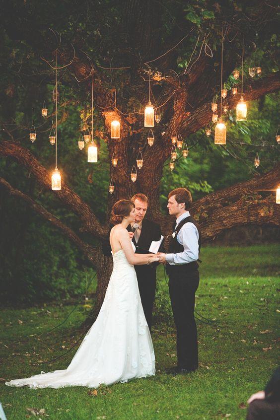 Декоративные фонари на деревьях